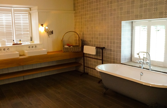 The bathroom of the Tack Room at Middleton Lodge Coach House Rooms.