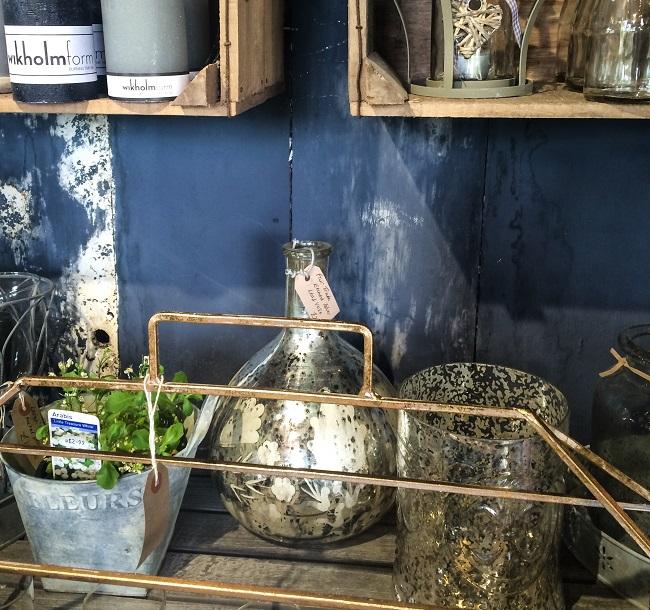 The blending of wood, metallics, glassware and